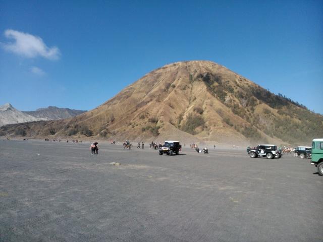 Kembali bertemu dengan Gunung Batok di tengah hamparan lautan pasir.