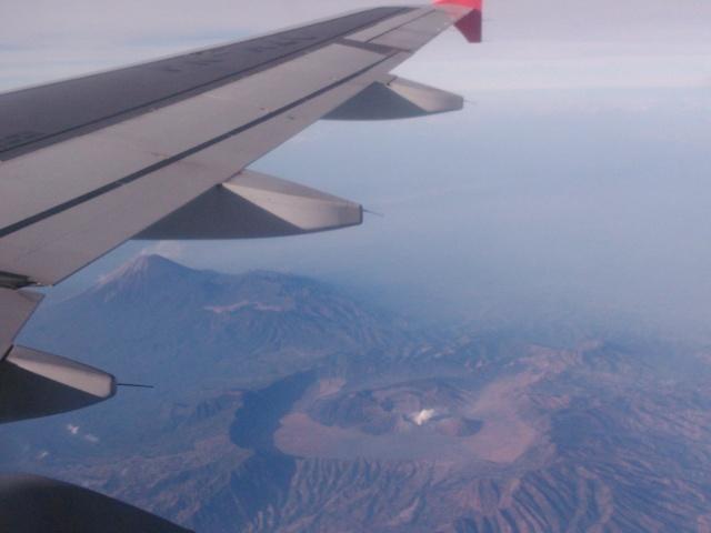 Gunung Semeru (kiri), Gunung Bromo (berasap), dan Gunung Batok di depannya.
