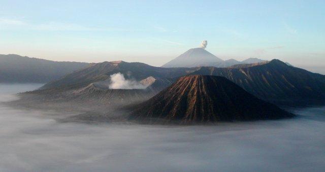 Bandingkan dengan fotto dari Wikipedia: Gunung Batok, Gunung Bromo, dan Gunung Semeru (Sumber: http://id.wikipedia.org/wiki/Berkas:Mtbromo.jpg)