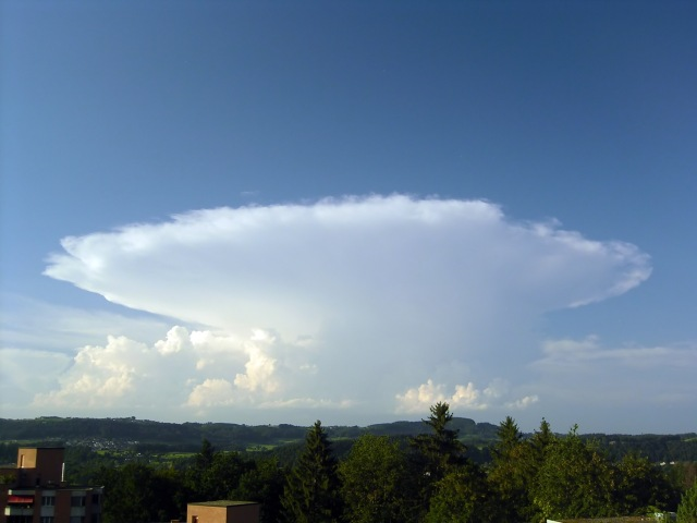 Awan cumulonimbus lainnya (Sumber: Wikipedia)