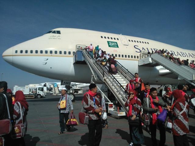 Rombongan jamaah umrah turun di Bandara Madinah.