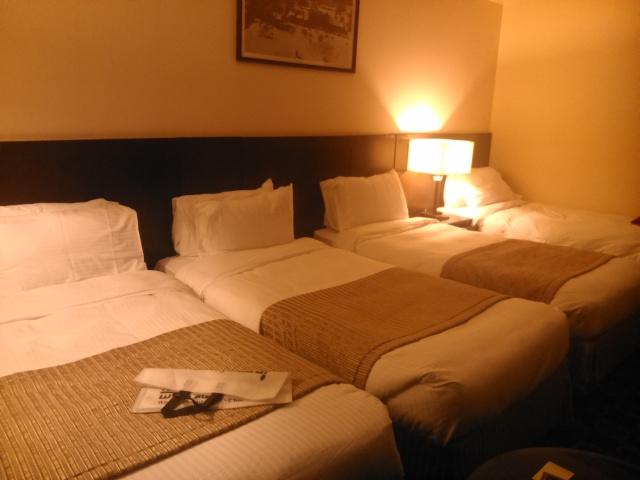 Kamar hotel Elaf Kinda dengan empat tempat tidur.