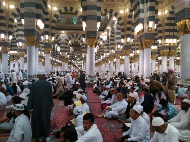 Jamaah menunggu sholat Isya di Masjid Nabawi