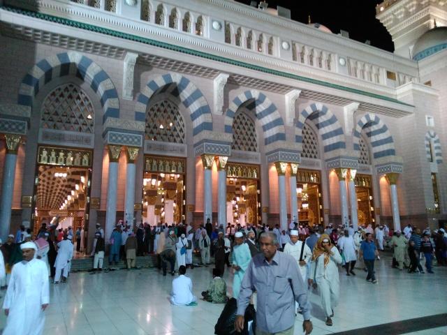 Jamaah keluar masjid usai sholat Isya