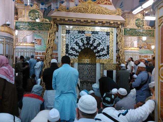 Mihrab Nabi di dalam Raudhah. Pintu keluar Raudhah dijaga oleh seorang askar