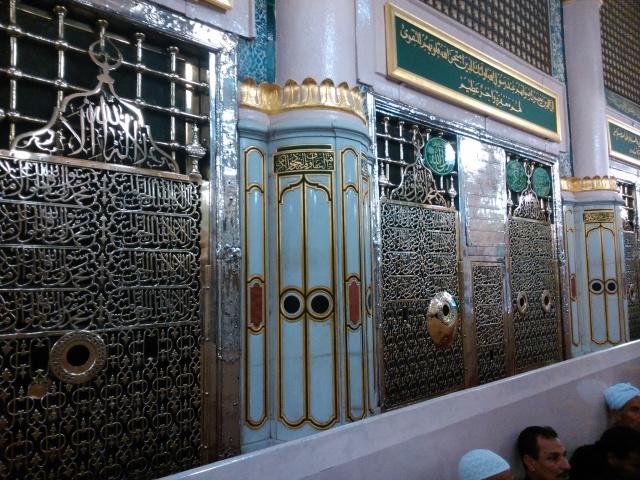 Maqa mRasulullah di dalam Masjid Nabawi, dahulu adalah rumahnya. Maqam ini ditutup dengan pintu besi berwarna hijau dan menyisakan beberapa lubang untuk melihat ke dalamnya.