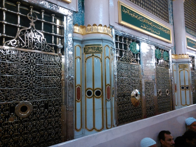 MaqamRasulullah di dalam Masjid Nabawi, dahulu adakah rumahnya. Maqam ini ditutup dengan pintu besi berwarna hijau dan menysika beberapa lubang untuk melihat ke dalamnya.