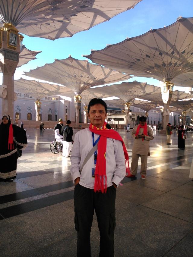 Ehm... saya berfoto narsis di pelataran Masjid Nabawi