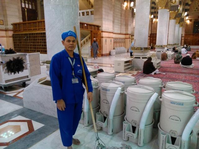 Pak Isharianto yang bertugas menjaga kebersihan Masjid Nabawi