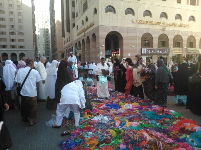 Pedagang kaki lima di luar Masjid Nabawi