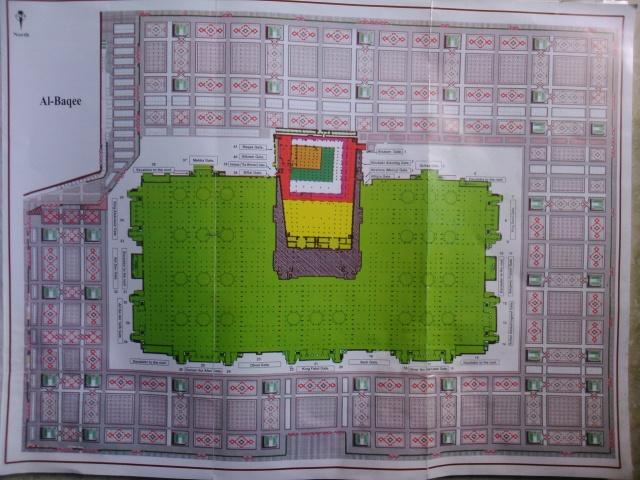 Peta Masjid Nabawi yang selalu mengalami perluasan dari zaman ke zaman. Kotak kecil berwarna coklat adalah bagian masjid yang dibangun oleh Rasulullah SAW. Bagian yang berwarna hijau adalah Masjid Nabawi saat ini