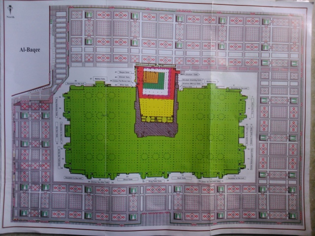 Peta Masjid Nabawi yang selalu mengalami perluasan dari zaman ke zaman. Kotak kecil berwarna coklat adalah bagian masjid yang dibangun oleh Rasulullah SAW
