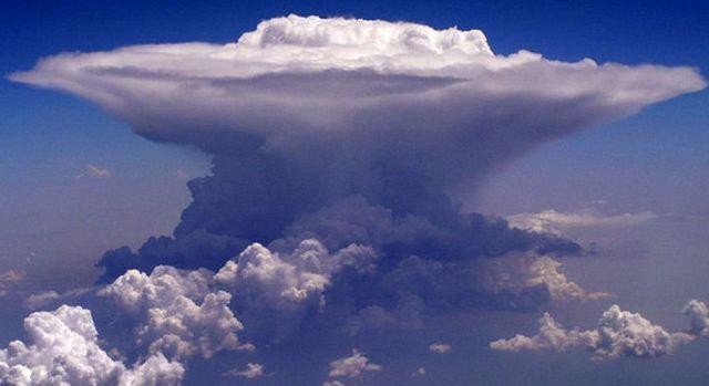 Awan cumulonimus (Sumber foto: http://asalasah.blogspot.com/2015/01/awan-cumulonimbus-bosnya-dari-awan-yang.html)