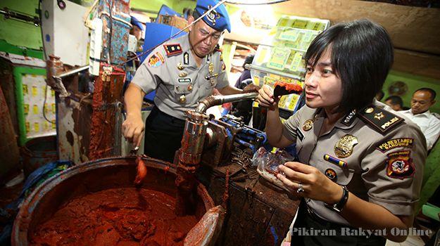 POLISI memeriksa bahan baku saat melakukan penggerebekan pabrik saus sambal di Jln. Cicukang, Kelurahan Caringin, Kecamatan Bandung Kulon, Kota Bandung, Senin (26/1/2015).  Sumber: http://www.pikiran-rakyat.com/node/313681