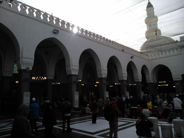 Sholat sunat di Masjid Quba