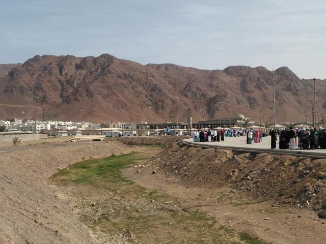 Bukit Uhud yang berwarna merah