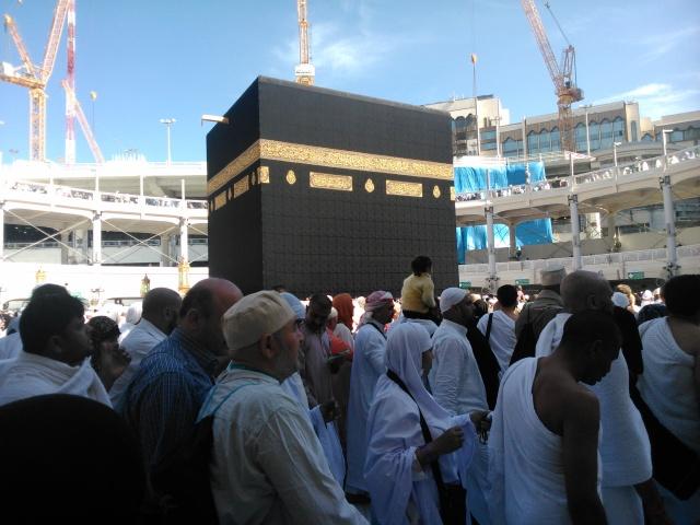 Bergerak serentak melaksanakan thawaf, baik di lantai dasar did epan ka'bah maupun di temporary ring di lantai satu dan lantai dua.