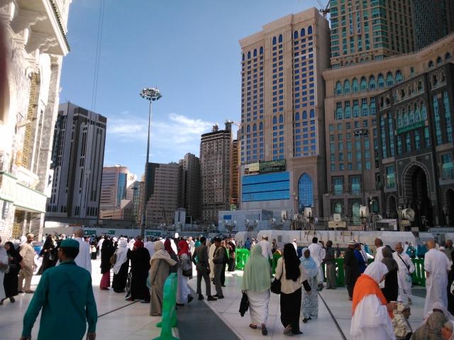 Pelataran Masjidil Haram dengan latar belakang hotel-hotel.