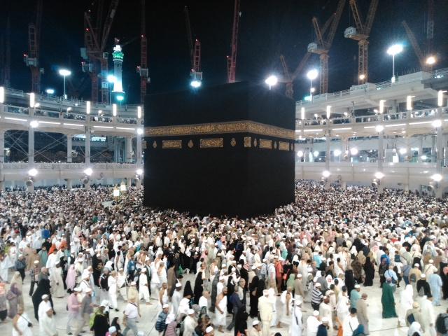 Jamaah thawaf mengelilingi Ka'bah di Masjidil Haram.