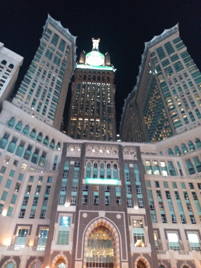 Zam-zam Tower di depan Masjidl Haram