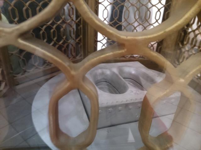 Cetakan bekas telapak kaki Nabi Ibrahim (Maqam Ibrahim)