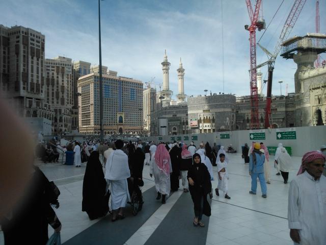 Pelataran  Masjdil Haram dan hotel-hotel di sekelilingnya. Menara-menara crane tegak berdiri menandakan proyek perluasan Masjdiil Haram secara besar-besaran