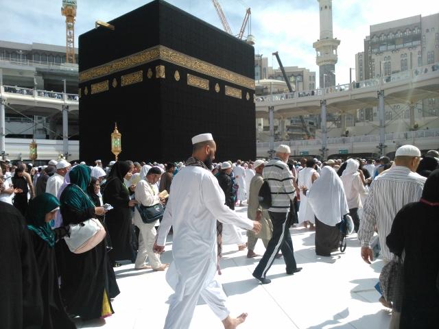 Ka'bah, titik sentral Masjidil Haram dan pusat kiblat ummat Islam sedunia. Jamaah bergerak serentak melaksanakan thawaf, baik di lantai dasar di depan ka'bah maupun di temporary ring di lantai satu dan lantai dua.