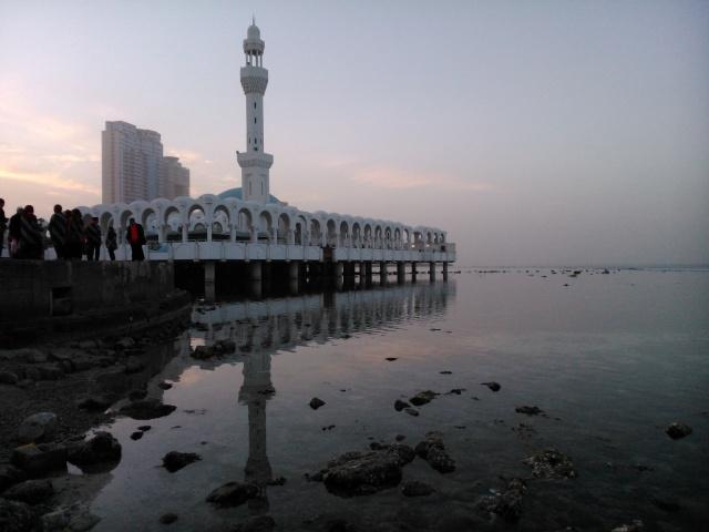 Masjid terapung di pinggir Laut Merah