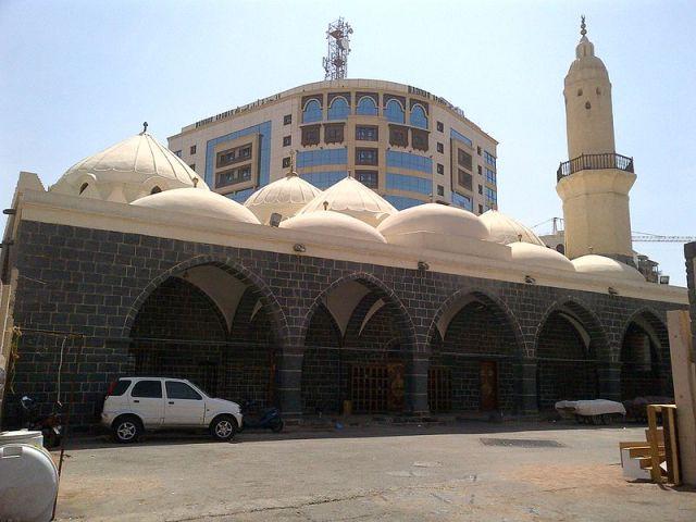 Masjid Al-Ghamamah (Sumber: http://id.wikipedia.org/wiki/Masjid_Al-Ghamamah)
