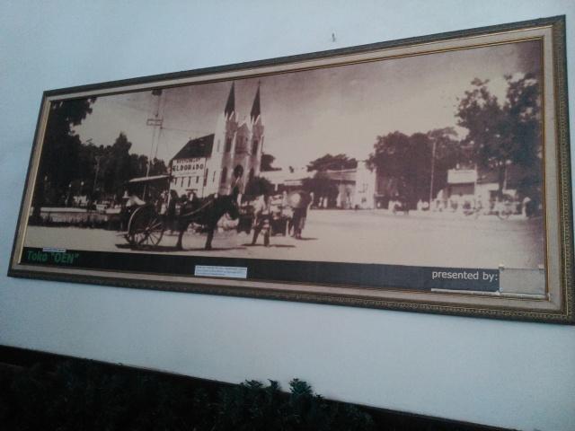 Foto lama di dinding toko.