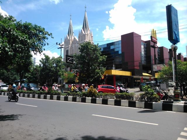Gereja Katedral di seberang toko Oen