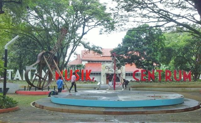Taman Musik Centrum di Jalan Belitung (Sumber foto: https://ridwanspektra.wordpress.com/2014/05/05/melipir-ke-taman-musik-centrum/)