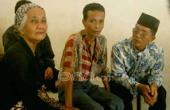 Zainal Abidin (tengah) (sumber foto: Jawa Pos)