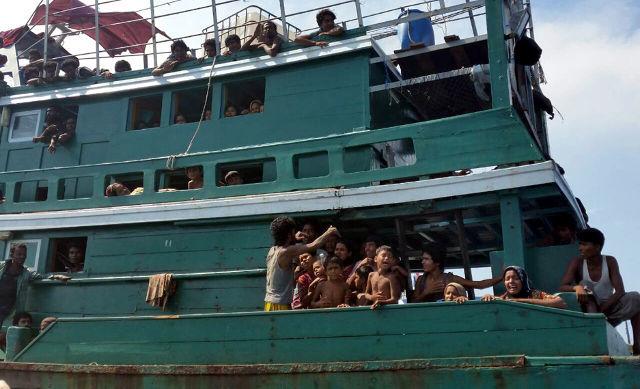 Pengungsi Rohingya asal Myanmar saat terombang-ambing di dekat Pulau Andaman, 14 Mei 2015 (Sumber foto: http://www.rappler.com/world/regions/asia-pacific/indonesia/93355-nelayan-aceh-dan-penyelamatan-pengungsi-bangladesh-myanmar?cp_rap_source=yml#cxrecs_s)