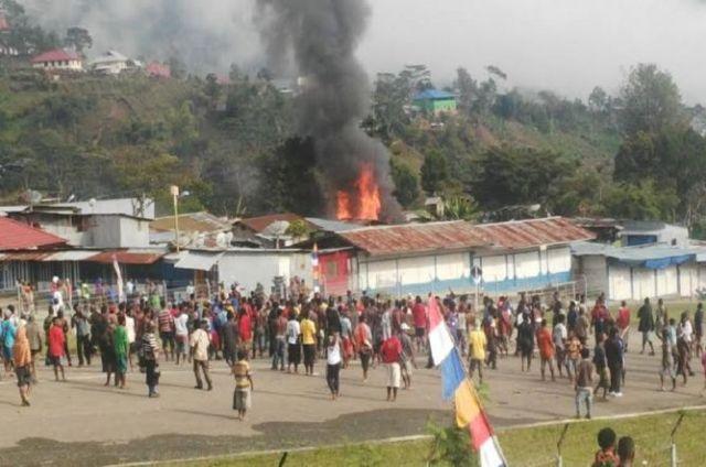 Pembakaran kios dan masjid di Tolikara, Papua, pada saat sholat Iedul Fitri (Sumber gambar: MetroTV news)