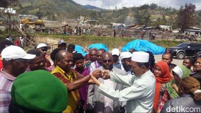 Perdamaian antar pemuka warga di Tolikara, Papua (Sumber: http://www.cnnindonesia.com/nasional/20150722133745-20-67585/pendeta-gidi-dan-imam-masjid-baku-peluk-di-tolikara/)
