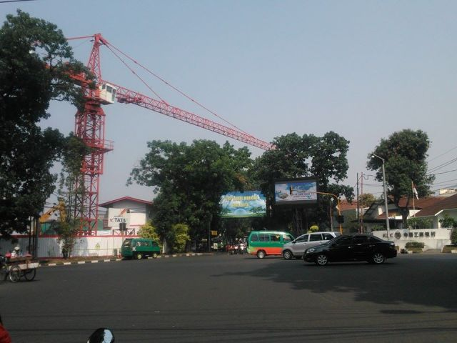 Crane yang melintang di atas Jalan Sulanjana, Bandung