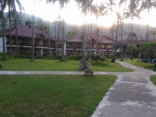 Salah satu cottage di Hotel Holiday Resort