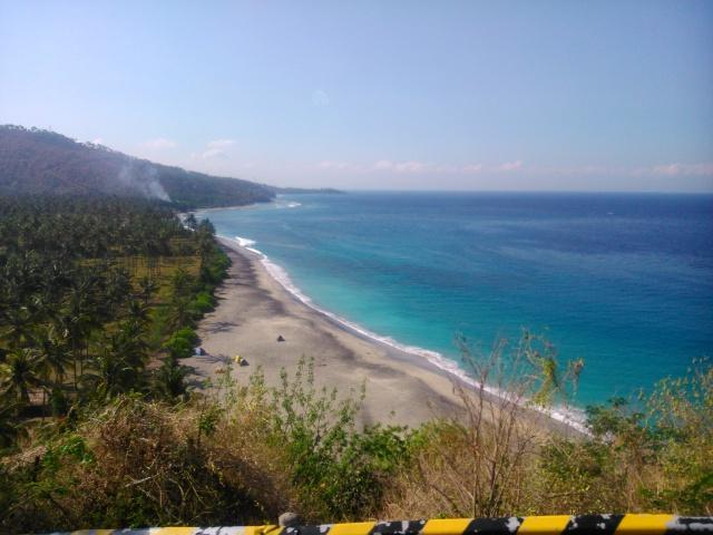 Pantai yang indah sepanjang Senggigi hingga ke Lombok Utara.