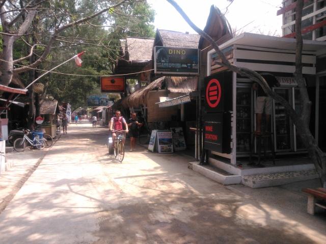 Penginapan turis di sepanjang pantai Gili Terawangan, mirip di Kuta Bali.