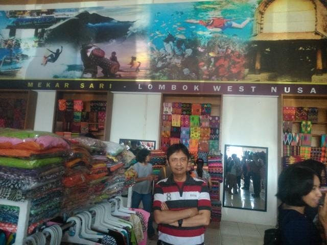 Sebuah toko kaos dan batik di Cakranegara.