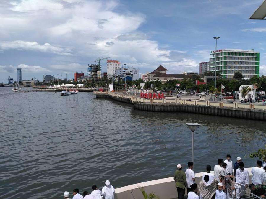 Kota Makassar sepanjang Pantai Losari, dari lantai dua masjid terapung