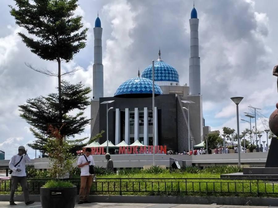 Masjid Amirul Mukminin di pinggir Pantai Losari.