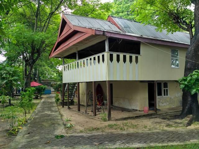 Rumah panggung khas Makassar, rumah penduduk di Pulau Samalona