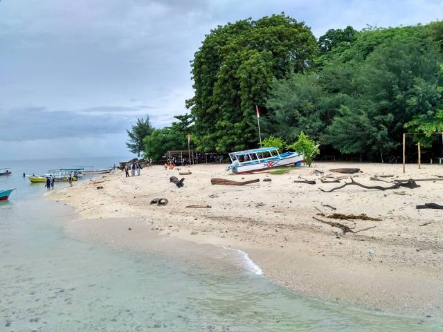 Pantai berpasir putih di Pulau Samalona