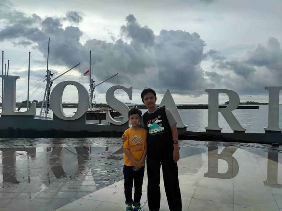 Aku dan anak bungsuku di Pantai Losari