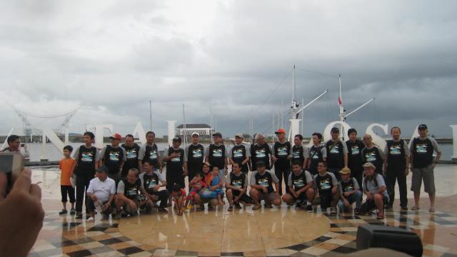 Sebelum berangkat ke Pulau Samalona, kita berfoto dulu di depan dermaga Pantai Loasari